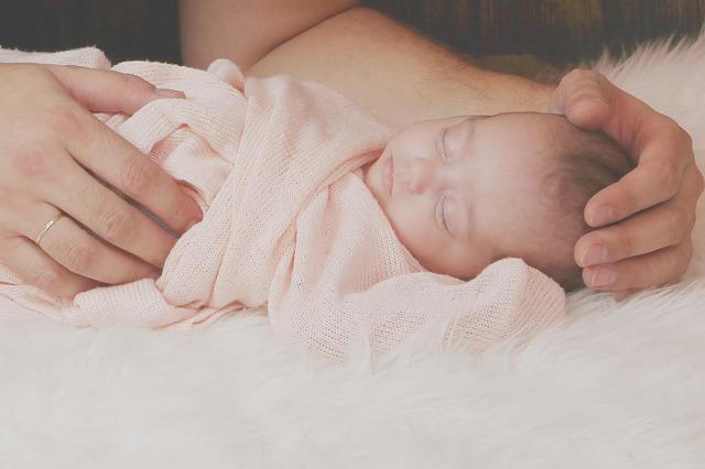 czy budzić noworodka na karmienie
