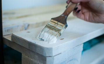 czym malować drewno